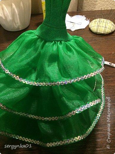 """Конкурсная фотография для группы ВК. Для конкурса был изготовлен наряд """"Елочка"""" для куклы Барби, рождественский колпак, а также для интерьера подушечки. Украшение на голове куклы сделано из пластиковой снежинки. Цветочное платье и елочка были изготовлены задолго до конкурса. Елочка изготовлена из синельных палочек и деревянных шпажек.  фото 6"""