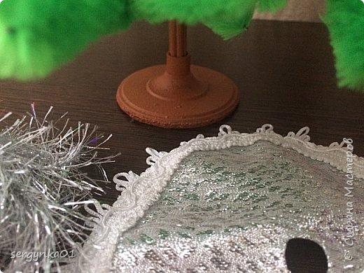 """Конкурсная фотография для группы ВК. Для конкурса был изготовлен наряд """"Елочка"""" для куклы Барби, рождественский колпак, а также для интерьера подушечки. Украшение на голове куклы сделано из пластиковой снежинки. Цветочное платье и елочка были изготовлены задолго до конкурса. Елочка изготовлена из синельных палочек и деревянных шпажек.  фото 11"""
