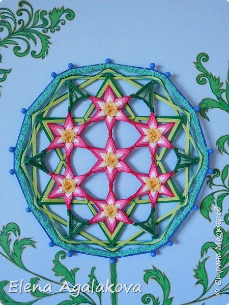 """Сегодня я """"посадила"""" свой «Цветок жизни». Пусть цветет и вносит гармонию в жизнь! Эту мандалу я сплела еще весной https://stranamasterov.ru/node/1097178 , а сейчас захотелось оформить.  «Цветок Жизни» — древнейший и наиболее важный из всех символов Сакральной Геометрии. Очень мне нравится этот символ.Семь цветков объединены в один. Семь - одно из самых удивительных чисел.  Достаточно сложная геометрически конструкция для плетения, пересечение семи шестилучевых мандал, пожалуй самая сложная мандала которую я плела. Чтобы удержать симметрию надо постараться. фото 2"""