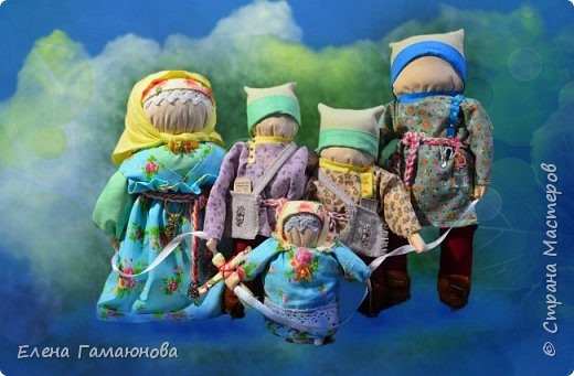 Оберег «Счастливая семья» изготовлен во время святоводья с 19 по 20 января 2018 года, что наделило эту семью чистой любовью и очистительной силой на будущее.  Оберег  состоит из парной куклы Неразлучники и их детишек. Неразлучники, это традиционная семейная тряпичная кукла-оберег символизирует прочный семейный союз. Разлучить их невозможно. Отсюда и название. Муж,  жена и все  детишки связаны прочной атласной лентой. Деток столько, сколько мальчиков и девочек народилось. Оберег Семья сохраняет и охраняет семью, если муж и жена прикладывают силы для этого! Куклы сделаны без применения иглы, шита только одежда из натуральных тканей. Под одеждой на груди у всех  обережный крест из красной нити для  защиты от зла.