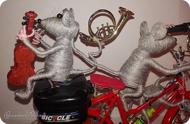 """Здравствуйте дорогие мастера, мастерицы и гости моего блога! Встречайте очередных разбойников. Пока делала, в голове вертелись строки из сказки Корнея Чуковского   """"Тараканище"""" - ехали медведи на велосипеде, а за ними кот, задом наперёд... Ну вот вместо медведей у меня мыши разбойники! Сделала вот такую композицию для подарка, в первоначальном варианте она была совсем другая, мыши расхулиганились, и когда я её закончила, я поняла, что в Страну Мастеров я её никак не смогу показать, была печалька.... Потом я решила не унывать, отобрала у них всё недозволенное и сказала, чтобы они были приличными мышами, дала им в руки инструменты пусть играют!:))) Ну вот встречайте! фото 14"""