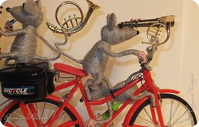 """Здравствуйте дорогие мастера, мастерицы и гости моего блога! Встречайте очередных разбойников. Пока делала, в голове вертелись строки из сказки Корнея Чуковского   """"Тараканище"""" - ехали медведи на велосипеде, а за ними кот, задом наперёд... Ну вот вместо медведей у меня мыши разбойники! Сделала вот такую композицию для подарка, в первоначальном варианте она была совсем другая, мыши расхулиганились, и когда я её закончила, я поняла, что в Страну Мастеров я её никак не смогу показать, была печалька.... Потом я решила не унывать, отобрала у них всё недозволенное и сказала, чтобы они были приличными мышами, дала им в руки инструменты пусть играют!:))) Ну вот встречайте! фото 15"""