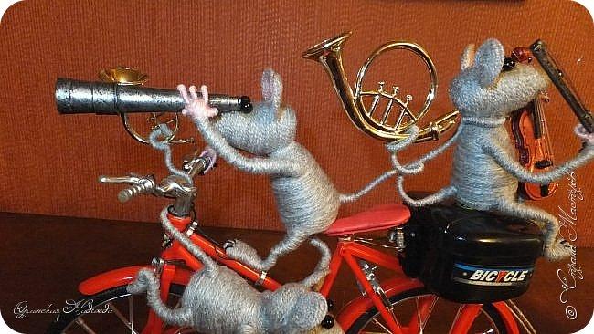 """Здравствуйте дорогие мастера, мастерицы и гости моего блога! Встречайте очередных разбойников. Пока делала, в голове вертелись строки из сказки Корнея Чуковского   """"Тараканище"""" - ехали медведи на велосипеде, а за ними кот, задом наперёд... Ну вот вместо медведей у меня мыши разбойники! Сделала вот такую композицию для подарка, в первоначальном варианте она была совсем другая, мыши расхулиганились, и когда я её закончила, я поняла, что в Страну Мастеров я её никак не смогу показать, была печалька.... Потом я решила не унывать, отобрала у них всё недозволенное и сказала, чтобы они были приличными мышами, дала им в руки инструменты пусть играют!:))) Ну вот встречайте! фото 4"""