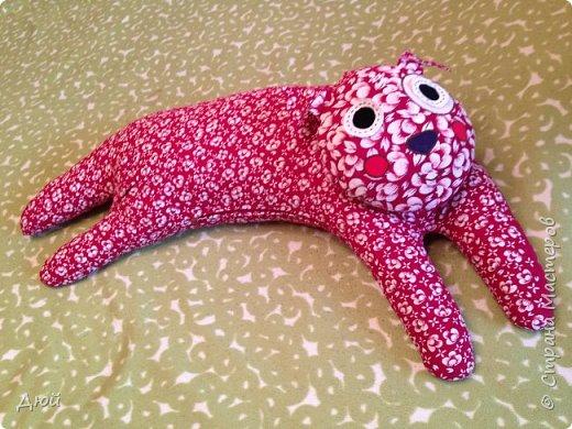 Мой ТидьдоКот размером от головы до хвоста 130 см. Выкройка в журнале Diana MODEN для детей спецвыпуск № 2 , покупала в 2010г. Там же есть ТильдоПёс (скоро сошью). Эту подушку можно использовать как игрушку, как подушку-валялку на полу. А самое главное как подушку для кормления малышей, а беременным удобно будет спать с такой кошечкой, закинув на неё ногу!!! Ведь её форма повторяет подушку-банан, которая продаётся в СHICCO аж за 4 000 рублей!!! только ещё прикольная.  Жаль этот журнал выпустили позже, чем я была в положении. фото 3