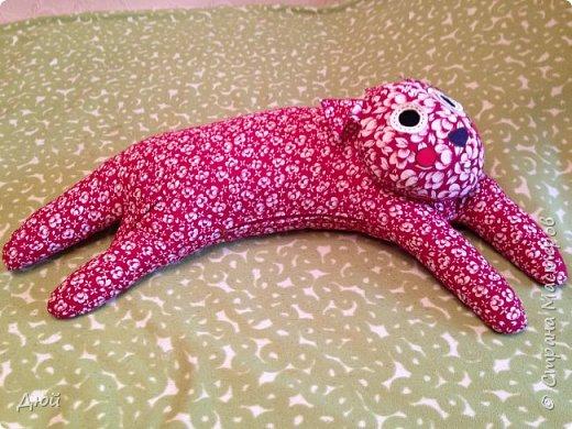 Мой ТидьдоКот размером от головы до хвоста 130 см. Выкройка в журнале Diana MODEN для детей спецвыпуск № 2 , покупала в 2010г. Там же есть ТильдоПёс (скоро сошью). Эту подушку можно использовать как игрушку, как подушку-валялку на полу. А самое главное как подушку для кормления малышей, а беременным удобно будет спать с такой кошечкой, закинув на неё ногу!!! Ведь её форма повторяет подушку-банан, которая продаётся в СHICCO аж за 4 000 рублей!!! только ещё прикольная.  Жаль этот журнал выпустили позже, чем я была в положении. фото 4