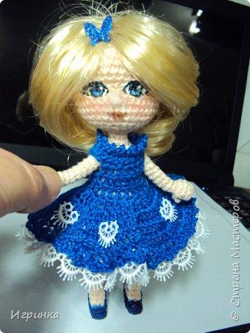 Добрый вечер! Снова я играю в куклы, и на этот раз у меня новая кукляшка. Связана так же, как и предыдущая, по описанию DjOlechka c форума амигуруми. Ростиком 15 см, Связана крючком 1,5мм Кловер, Семеновская пряжа KABLE.  На каркасе, может принимать любые положения. фото 1