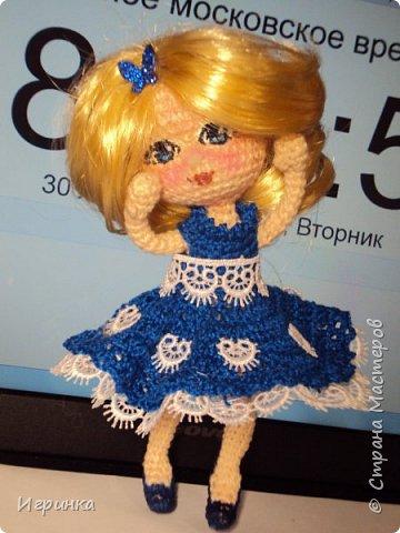 Добрый вечер! Снова я играю в куклы, и на этот раз у меня новая кукляшка. Связана так же, как и предыдущая, по описанию DjOlechka c форума амигуруми. Ростиком 15 см, Связана крючком 1,5мм Кловер, Семеновская пряжа KABLE.  На каркасе, может принимать любые положения. фото 4
