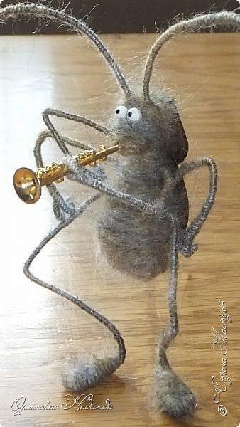 """Здравствуйте дорогие мастера и мастерицы! Сделала предыдущую работу - мыши на велосипеде, а за ними кот, задом наперёд. Только они у меня получились музыканты, но по мотивам сказки Корнея Чуковского """"Тараканище"""", все посмеялись и потребовали таракана.... Таракан в мои планы не входил, поэтому пришлось сочинять его на ходу... Ну раз музыканты, пришлось ему в лапки дать тоже музыкальный инструмент, решила, пусть он у них будет солистом, запевалой:))) Но так как для него места не было, девчонки мне предложили посадить его на подзорную трубу, но тогда каких же он размеров должен быть? Сделала этого, размер у него 6см. тельце, и решила сделать ещё один прицеп и посадить туда таракана!:))) Получился целый поезд с музыкантами:))) Вот встречайте Тараканище...:))) Таракан женский, обыкновенный. Среда обитания: голова. Продолжительность жизни: бессмертный, иногда впадает в спячку! фото 3"""