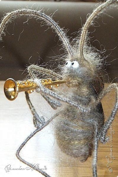 """Здравствуйте дорогие мастера и мастерицы! Сделала предыдущую работу - мыши на велосипеде, а за ними кот, задом наперёд. Только они у меня получились музыканты, но по мотивам сказки Корнея Чуковского """"Тараканище"""", все посмеялись и потребовали таракана.... Таракан в мои планы не входил, поэтому пришлось сочинять его на ходу... Ну раз музыканты, пришлось ему в лапки дать тоже музыкальный инструмент, решила, пусть он у них будет солистом, запевалой:))) Но так как для него места не было, девчонки мне предложили посадить его на подзорную трубу, но тогда каких же он размеров должен быть? Сделала этого, размер у него 6см. тельце, и решила сделать ещё один прицеп и посадить туда таракана!:))) Получился целый поезд с музыкантами:))) Вот встречайте Тараканище...:))) Таракан женский, обыкновенный. Среда обитания: голова. Продолжительность жизни: бессмертный, иногда впадает в спячку! фото 6"""