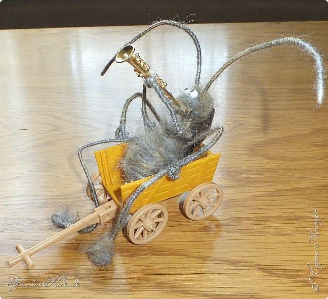 """Здравствуйте дорогие мастера и мастерицы! Сделала предыдущую работу - мыши на велосипеде, а за ними кот, задом наперёд. Только они у меня получились музыканты, но по мотивам сказки Корнея Чуковского """"Тараканище"""", все посмеялись и потребовали таракана.... Таракан в мои планы не входил, поэтому пришлось сочинять его на ходу... Ну раз музыканты, пришлось ему в лапки дать тоже музыкальный инструмент, решила, пусть он у них будет солистом, запевалой:))) Но так как для него места не было, девчонки мне предложили посадить его на подзорную трубу, но тогда каких же он размеров должен быть? Сделала этого, размер у него 6см. тельце, и решила сделать ещё один прицеп и посадить туда таракана!:))) Получился целый поезд с музыкантами:))) Вот встречайте Тараканище...:))) Таракан женский, обыкновенный. Среда обитания: голова. Продолжительность жизни: бессмертный, иногда впадает в спячку! фото 8"""