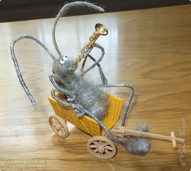 """Здравствуйте дорогие мастера и мастерицы! Сделала предыдущую работу - мыши на велосипеде, а за ними кот, задом наперёд. Только они у меня получились музыканты, но по мотивам сказки Корнея Чуковского """"Тараканище"""", все посмеялись и потребовали таракана.... Таракан в мои планы не входил, поэтому пришлось сочинять его на ходу... Ну раз музыканты, пришлось ему в лапки дать тоже музыкальный инструмент, решила, пусть он у них будет солистом, запевалой:))) Но так как для него места не было, девчонки мне предложили посадить его на подзорную трубу, но тогда каких же он размеров должен быть? Сделала этого, размер у него 6см. тельце, и решила сделать ещё один прицеп и посадить туда таракана!:))) Получился целый поезд с музыкантами:))) Вот встречайте Тараканище...:))) Таракан женский, обыкновенный. Среда обитания: голова. Продолжительность жизни: бессмертный, иногда впадает в спячку! фото 10"""