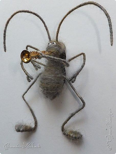 """Здравствуйте дорогие мастера и мастерицы! Сделала предыдущую работу - мыши на велосипеде, а за ними кот, задом наперёд. Только они у меня получились музыканты, но по мотивам сказки Корнея Чуковского """"Тараканище"""", все посмеялись и потребовали таракана.... Таракан в мои планы не входил, поэтому пришлось сочинять его на ходу... Ну раз музыканты, пришлось ему в лапки дать тоже музыкальный инструмент, решила, пусть он у них будет солистом, запевалой:))) Но так как для него места не было, девчонки мне предложили посадить его на подзорную трубу, но тогда каких же он размеров должен быть? Сделала этого, размер у него 6см. тельце, и решила сделать ещё один прицеп и посадить туда таракана!:))) Получился целый поезд с музыкантами:))) Вот встречайте Тараканище...:))) Таракан женский, обыкновенный. Среда обитания: голова. Продолжительность жизни: бессмертный, иногда впадает в спячку! фото 2"""