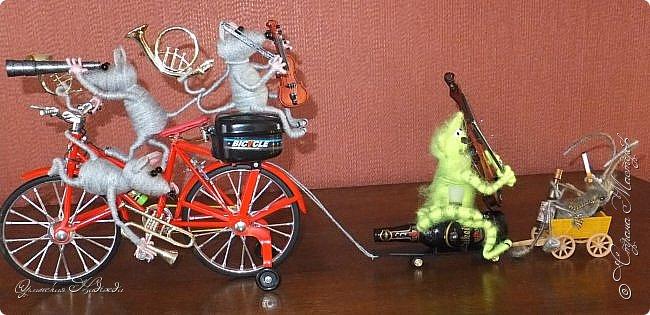 """Здравствуйте дорогие мастера и мастерицы! Сделала предыдущую работу - мыши на велосипеде, а за ними кот, задом наперёд. Только они у меня получились музыканты, но по мотивам сказки Корнея Чуковского """"Тараканище"""", все посмеялись и потребовали таракана.... Таракан в мои планы не входил, поэтому пришлось сочинять его на ходу... Ну раз музыканты, пришлось ему в лапки дать тоже музыкальный инструмент, решила, пусть он у них будет солистом, запевалой:))) Но так как для него места не было, девчонки мне предложили посадить его на подзорную трубу, но тогда каких же он размеров должен быть? Сделала этого, размер у него 6см. тельце, и решила сделать ещё один прицеп и посадить туда таракана!:))) Получился целый поезд с музыкантами:))) Вот встречайте Тараканище...:))) Таракан женский, обыкновенный. Среда обитания: голова. Продолжительность жизни: бессмертный, иногда впадает в спячку! фото 13"""
