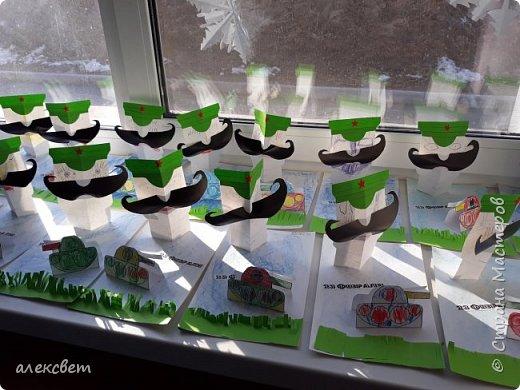 Здравствуйте мастерицы. С детьми средней группы мы сделали поделки папам на 23 февраля. Основа идеи взята http://st.stranamam.ru/data/cache/2013feb/19/28/7356385_69096.jpg   -офицер http://kpanuba.blogspot.ru/2012/02/blog-post_2241.html   -  выкройка танка фото 2