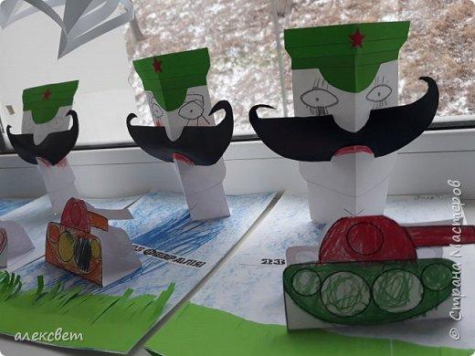 Здравствуйте мастерицы. С детьми средней группы мы сделали поделки папам на 23 февраля. Основа идеи взята http://st.stranamam.ru/data/cache/2013feb/19/28/7356385_69096.jpg   -офицер http://kpanuba.blogspot.ru/2012/02/blog-post_2241.html   -  выкройка танка фото 22