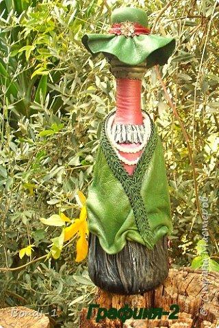 """Вот такая бутылочка в совершенно необычном для меня стиле у меня сотворилась... Ну, начну с двойного названия. Бутылочка в первозданном виде напоминала графинчик, да и пробка была такая... графинная (см. последнее фото). Отсюда и """"Графиня"""".Но вначале хотела ее назвать """"Зеленая дама в жемчугах"""". А потом с жемчугом возникла проблема (в смысле нужен он или нет)... остановилась на """"Графине"""". Итак... фото 2"""