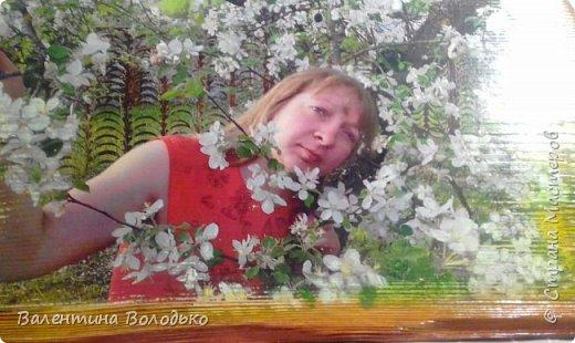 Добрый вечер мастера и мастерицы!!Сделала панно дочке,распечатка ее фото в цветущем саду. Брашировка,лессировка,покрытие лаком.Все как обычно.Распечатка получилась темноватой,постаралась высветлить края . фото 2