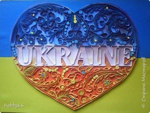 Моя Україно  Моя Україно, квітучі поля,  Трояндами пахне солодка земля,  Наповнює серце небесна блакить,  І сонце нам очі вогнем золотить.  Моя Україно, чарівні краї,  Сміються і плачуть в гаях солов'ї,  В криницях намисто горить голубе,  І зорі очима цілують тебе.  Моя Україно, світання краса,  Із квітів і трав золотиста коса.  Зеленим барвінком сплелися в ній знов  Надія і віра, пречиста любов.  Моя Україно, бажаю тобі  Недолі не знати й не гаснуть в журбі,  Здоров'я і щастя, краси і тепла,  Й щоб мова співуча весняно цвіла!  (Ігор Калиниченко)