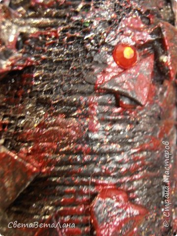 ..............Давненько хотела попробовать в хлам декоре сочетание красного и черного цветов...... вот , добралась до бутылочки....сам по себе рисунок ничегошеньки из себя не представляет ......брала то , что лежало под рукой от других работ....... фото 11