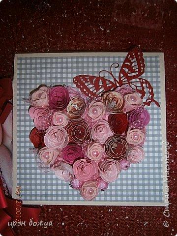 Всем здравствуйте. Сегодня я с открыткой на День Св. Валентина. Сделана она за 2 часа, т.к. надо было срочно. Розочки сделаны из скрапбумаги различного оттенка розового. Разбавлены розочки готовыми розочками и бусинами. Сейчас бы я усовершенствовала открытку: под цветы добавила бы красный фатин(чтоб топорщился) и прошлась бы по цветам белой акриловой краской. Для розочек у меня есть специальный нож, но и без ножа можно их сделать. МК есть в СМ. фото 9