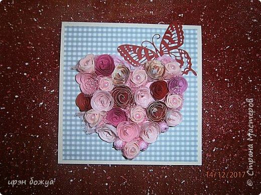 Всем здравствуйте. Сегодня я с открыткой на День Св. Валентина. Сделана она за 2 часа, т.к. надо было срочно. Розочки сделаны из скрапбумаги различного оттенка розового. Разбавлены розочки готовыми розочками и бусинами. Сейчас бы я усовершенствовала открытку: под цветы добавила бы красный фатин(чтоб топорщился) и прошлась бы по цветам белой акриловой краской. Для розочек у меня есть специальный нож, но и без ножа можно их сделать. МК есть в СМ. фото 2