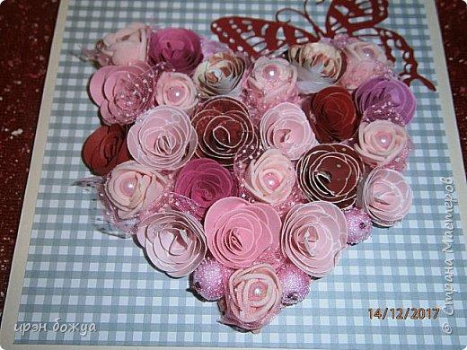 Всем здравствуйте. Сегодня я с открыткой на День Св. Валентина. Сделана она за 2 часа, т.к. надо было срочно. Розочки сделаны из скрапбумаги различного оттенка розового. Разбавлены розочки готовыми розочками и бусинами. Сейчас бы я усовершенствовала открытку: под цветы добавила бы красный фатин(чтоб топорщился) и прошлась бы по цветам белой акриловой краской. Для розочек у меня есть специальный нож, но и без ножа можно их сделать. МК есть в СМ. фото 3