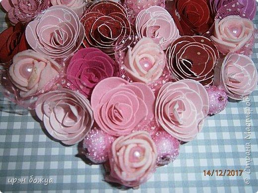 Всем здравствуйте. Сегодня я с открыткой на День Св. Валентина. Сделана она за 2 часа, т.к. надо было срочно. Розочки сделаны из скрапбумаги различного оттенка розового. Разбавлены розочки готовыми розочками и бусинами. Сейчас бы я усовершенствовала открытку: под цветы добавила бы красный фатин(чтоб топорщился) и прошлась бы по цветам белой акриловой краской. Для розочек у меня есть специальный нож, но и без ножа можно их сделать. МК есть в СМ. фото 4