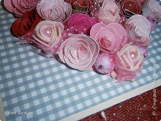 Всем здравствуйте. Сегодня я с открыткой на День Св. Валентина. Сделана она за 2 часа, т.к. надо было срочно. Розочки сделаны из скрапбумаги различного оттенка розового. Разбавлены розочки готовыми розочками и бусинами. Сейчас бы я усовершенствовала открытку: под цветы добавила бы красный фатин(чтоб топорщился) и прошлась бы по цветам белой акриловой краской. Для розочек у меня есть специальный нож, но и без ножа можно их сделать. МК есть в СМ. фото 5
