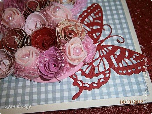 Всем здравствуйте. Сегодня я с открыткой на День Св. Валентина. Сделана она за 2 часа, т.к. надо было срочно. Розочки сделаны из скрапбумаги различного оттенка розового. Разбавлены розочки готовыми розочками и бусинами. Сейчас бы я усовершенствовала открытку: под цветы добавила бы красный фатин(чтоб топорщился) и прошлась бы по цветам белой акриловой краской. Для розочек у меня есть специальный нож, но и без ножа можно их сделать. МК есть в СМ. фото 6