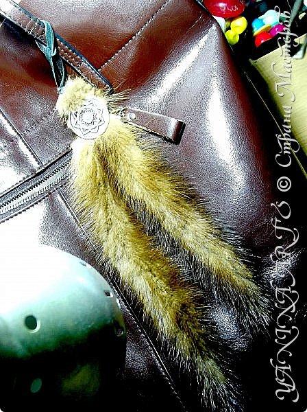 Меховые аксессуары - удобная роскошь а нежный мех всегда был пределом мечтаний любой уважающей себя женщины. Он используется не только для пошива одежды , но и для создания оригинальных украшений. В последнее время, с динамичным использованием меха в повседневной жизни, большую популярность получили меховые аксессуары (сумки, шарфы, пояса, висящие хвостики и помпоны,боа и т.д.)  Меховые аксессуары изготавливаются из разных видов меха и могут быть разных цветов и формы, прекрасно дополняя и украшая любой наряд, внося свою изюминку и неповторимый штрих. фото 10