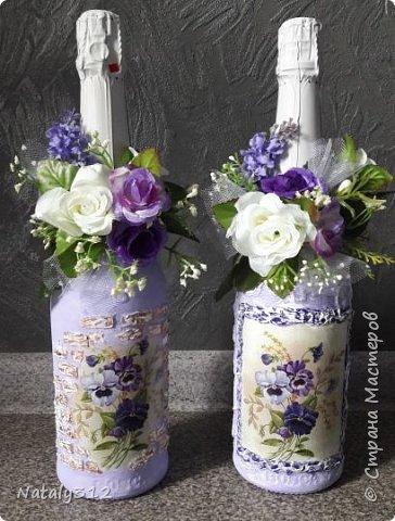 К празднику решила бутылки задекорировать.  Всё традиционно: салфетки, шпаклёвка, краска, ленты и цветы.