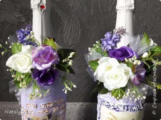 К празднику решила бутылки задекорировать.  Всё традиционно: салфетки, шпаклёвка, краска, ленты и цветы. фото 4