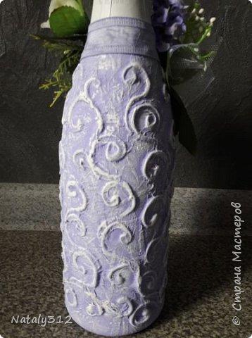 К празднику решила бутылки задекорировать.  Всё традиционно: салфетки, шпаклёвка, краска, ленты и цветы. фото 3