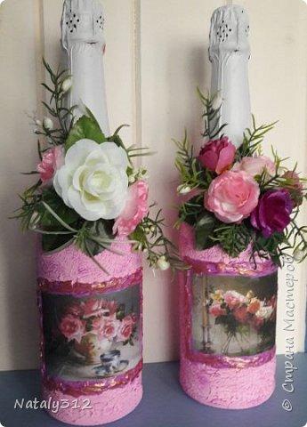 К празднику решила бутылки задекорировать.  Всё традиционно: салфетки, шпаклёвка, краска, ленты и цветы. фото 5