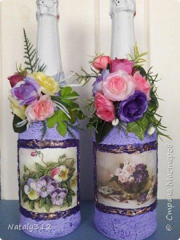 К празднику решила бутылки задекорировать.  Всё традиционно: салфетки, шпаклёвка, краска, ленты и цветы. фото 7