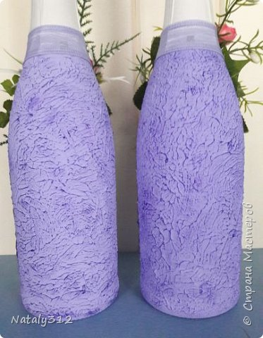 К празднику решила бутылки задекорировать.  Всё традиционно: салфетки, шпаклёвка, краска, ленты и цветы. фото 8