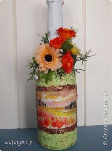 К празднику решила бутылки задекорировать.  Всё традиционно: салфетки, шпаклёвка, краска, ленты и цветы. фото 9