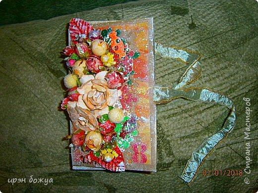 Это вторая шоколадница, сделанная из коробочки в которой пришел заказ. В украшение использовала самодельные и готовые цветы, вырубки, ленты. фото 1