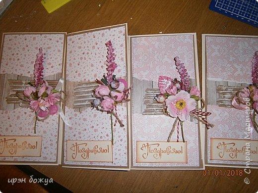 Всем здравствуйте. Впереди 8 марта, нужно подготовиться. Эти 4 открытки пойдут для мужа, он будет поздравлять шефа и сотрудниц отдела. Выбрала скетч и по нему сразу дела 4 открытки. ; подложки из бумаги для эскизов(тонкий крафт), 4 рваных фона, 4 гофрокартона, 4 бантика, 4 поздравления, цветочки на открытки и стразики. Оптовая работа. Смотрим. фото 1