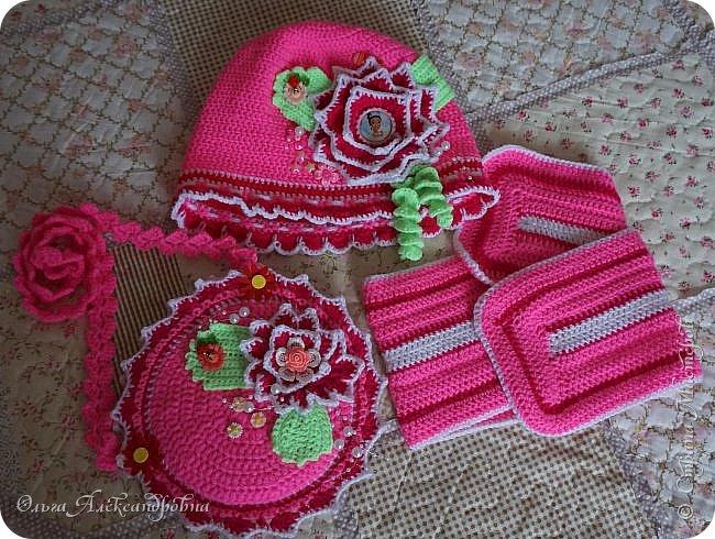 Здравствуйте дорогие друзья и гости моего блога! Сегодня я к вам с очередными вязаными вещицами для внуков. Весенний комплект для внучки. Любит она розовый цвет. Вот  и приходится повторяться. Сегодня она получила в подарок шапочку с шарфиком и сумочку для своих куколок Лол, которых постоянно носит в садик.