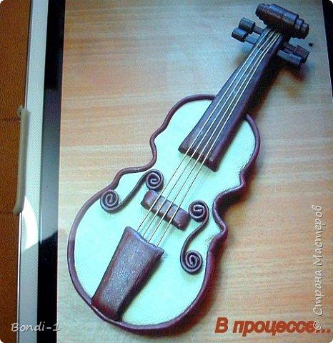 """Вот такая не очень большая картина (45х33) у меня сотворилась...И картина эта со скрипкой у меня первая, потому так и назвала. Выставляла я как-то декорированную кожей бутылку в форме скрипки, с которой и сделала шаблон. https://stranamasterov.ru/node/1094375   Решила попробовать обойтись без флористики, о чем потом горько пожалела, но переделывать было поздно. Но это я оставила на следующую """"Скрипку))) Благо сделала 2 экземпляра по тому же шаблону... на всякий случай)))  Эту скрипку сделала из гофрокартона, нашелся в запасниках кусок очень толстого (почти 3 см!) картона, так что склеивать не пришлось! Еще нашлось немного светлой мебельной кожи, как-раз хватило на корпус скрипки...Боковинки  обклеила полосками такой же кожи, только темно-красного цвета. А вся остальная кожа тонкая, пластичная, но увы... коричневого цвета((( Так что пришлось подбирать краску под боковинки скрипки, и под корпус. Смешала несколько красок, и получилась краска такая красивая, с блеском, что решила я использовать в картине только два цвета - темно-вишневый и слоновой кости. На фото, конечно, получился просто белый и... даже не знаю, как и назвать основной. Ну, на некоторых фото он смотрится ближе к настоящему)))  фото 6"""