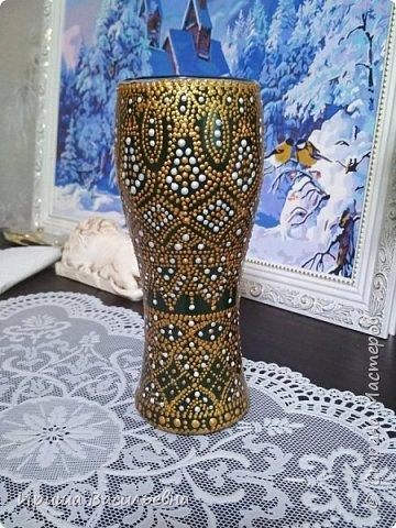 Еще одна похожая ваза. Было несколько одинаковых бокалов, решила расписать все. Эта на зеленом фоне, но под точками почти не видно. фото 1