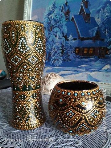 Еще одна похожая ваза. Было несколько одинаковых бокалов, решила расписать все. Эта на зеленом фоне, но под точками почти не видно. фото 2