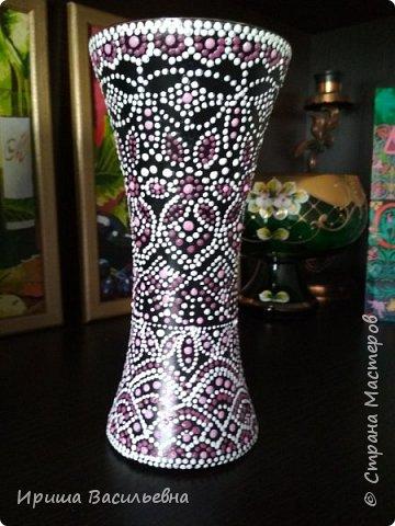 Еще одна похожая ваза. Было несколько одинаковых бокалов, решила расписать все. Эта на зеленом фоне, но под точками почти не видно. фото 3