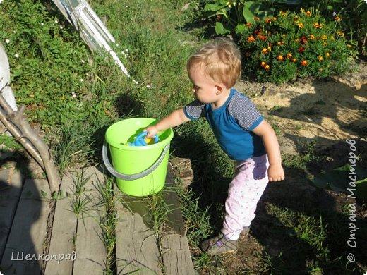 Мы с Елисеем не только гуляем и развлекаемся, но ещё и работаем. Здесь он мне помогает цветочки поливать. фото 2