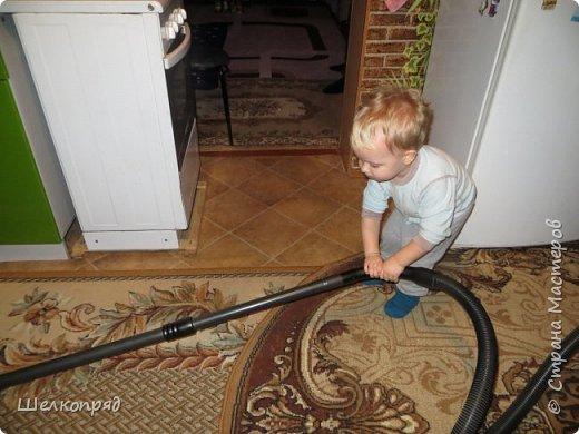 Мы с Елисеем не только гуляем и развлекаемся, но ещё и работаем. Здесь он мне помогает цветочки поливать. фото 54