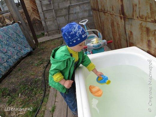 Мы с Елисеем не только гуляем и развлекаемся, но ещё и работаем. Здесь он мне помогает цветочки поливать. фото 79