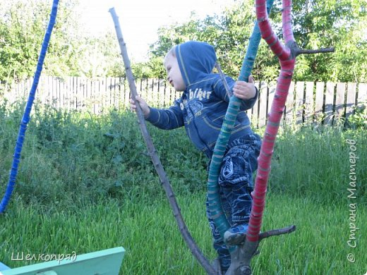 Мы с Елисеем не только гуляем и развлекаемся, но ещё и работаем. Здесь он мне помогает цветочки поливать. фото 88