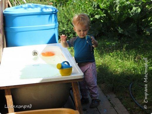 Мы с Елисеем не только гуляем и развлекаемся, но ещё и работаем. Здесь он мне помогает цветочки поливать. фото 56