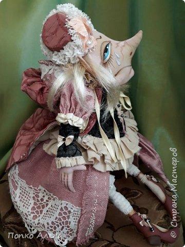 Здравствуйте, Мастера и Мастерицы! Представляю Вашему вниманию маю красавицу куколку Аленка!  Ростиком в 29 см, стоит и сидит самостоятельно. Голова подвижная, ручки и ножки сгибаются. Одежда полностью съемная: платье из хлопка; пышные панталончики из хлопка; трикотажные носочки; туфельки из кожзама. Волосы - шерсть, очень мягкие. Кукла держит в ручках спящего котенка. Текстильная кукла может быть игровой для ребенка при условии бережного обращения.  фото 31